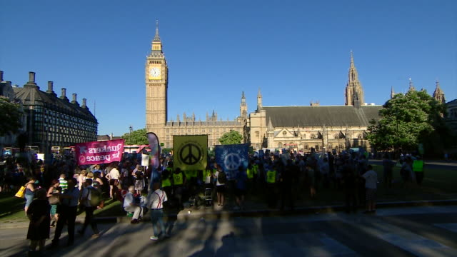 views of antitrident protesters with signs outside the house of parliament - ministero della difesa video stock e b–roll