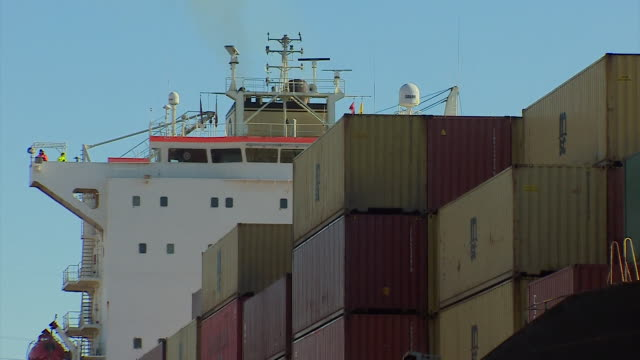 vidéos et rushes de views of barges and shipping containers in the port of montreal - débardeur