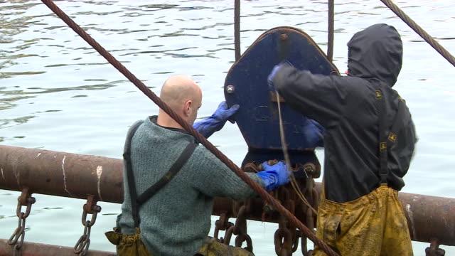 vídeos de stock e filmes b-roll de views of brixham harbour - rede de pesca comercial