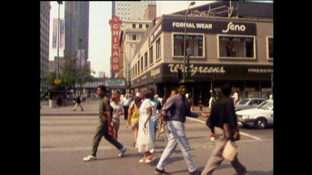 views of chicago streets and pedestrians in 1989 - chicago 'l' bildbanksvideor och videomaterial från bakom kulisserna