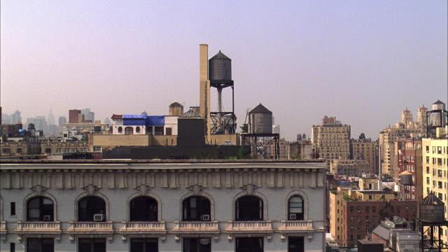 stockvideo's en b-roll-footage met ws views of city roof tops and water towers - breedbeeldformaat