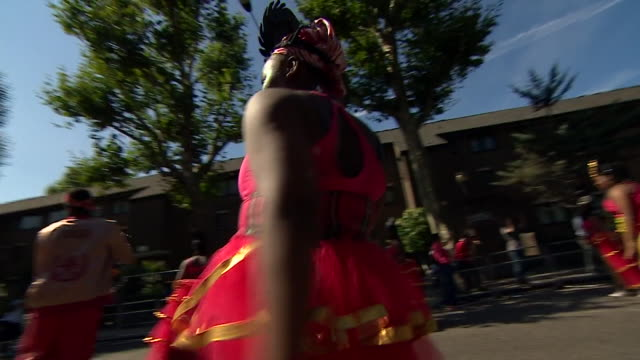 vidéos et rushes de views of dancers musicians and floats at the notting hill carnival - char de défilé