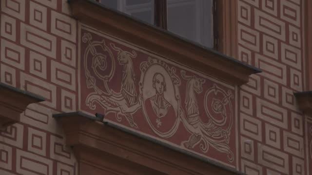 vídeos y material grabado en eventos de stock de views of decorative wall features in warsaw's old town - fundido en negro