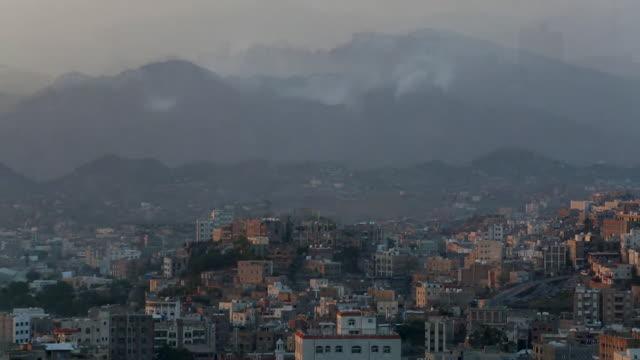 vídeos de stock e filmes b-roll de views of destroyed buildings in taiz yemen - ataque aéreo