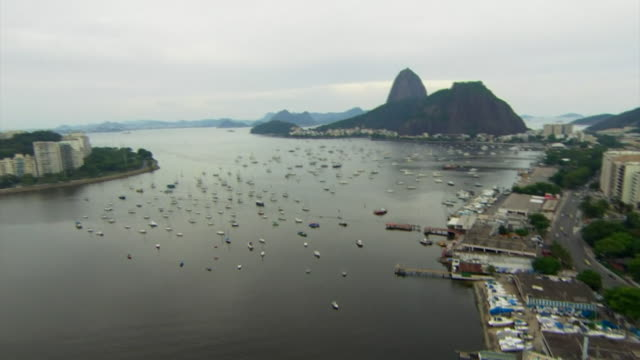 vídeos de stock, filmes e b-roll de views of guanabara bay and the rio de janeiro coastline - baía de guanabara