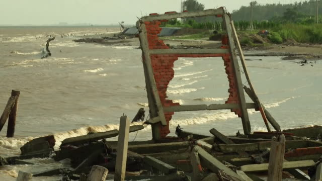 views of houses destroyed by rising sea levels in the mekong delta vietnam - überschwemmung stock-videos und b-roll-filmmaterial