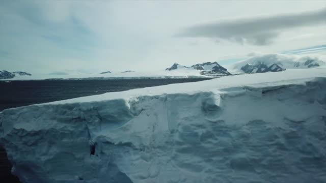 views of icebergs and penguins in antarctica - bbc点の映像素材/bロール