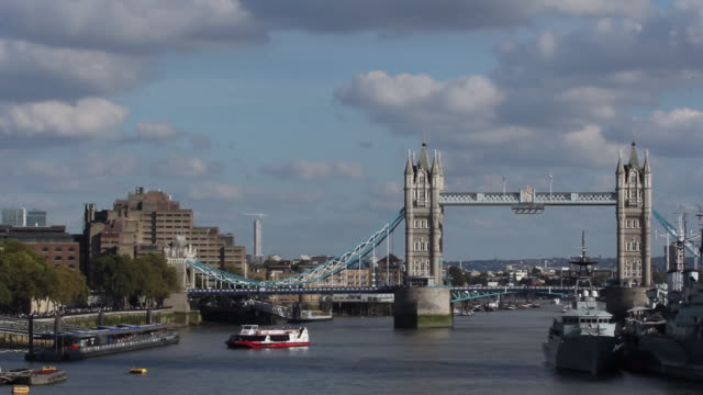 views of iconic tower bridge - fiume tamigi video stock e b–roll