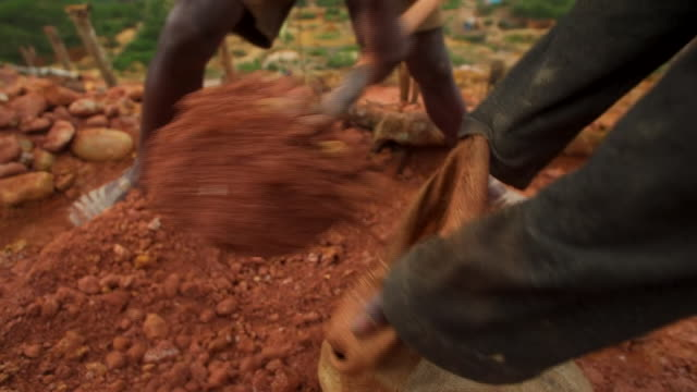 vidéos et rushes de views of illegal sapphire mining in madagascar - industrie minière