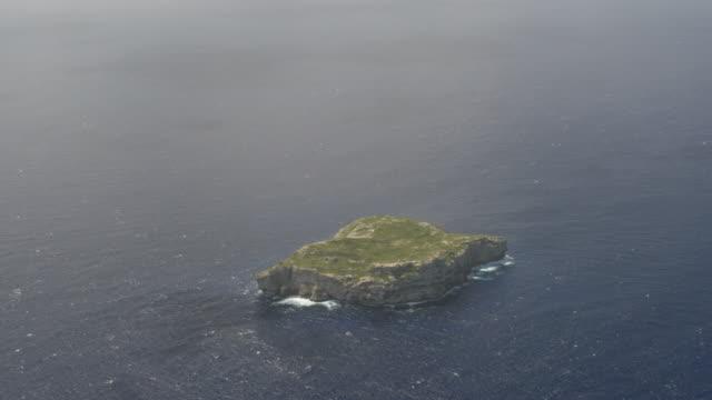 vidéos et rushes de ws td aerial pov views of monito island sitting in middle of caribbean sea / monito island, puerto rico, united states - zoom avant