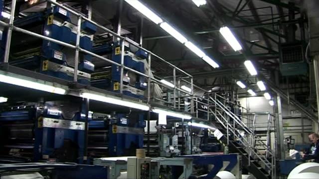 vídeos de stock e filmes b-roll de views of newspapers moving along a printing press - fábrica de impressão