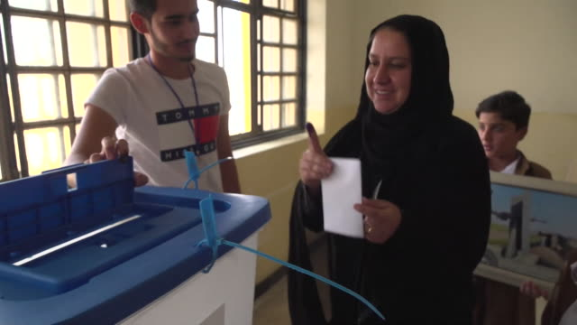 stockvideo's en b-roll-footage met views of people voting in the referendum on kurdish independence on monday 25th september 2017 nnbz126j absa627d - stembus