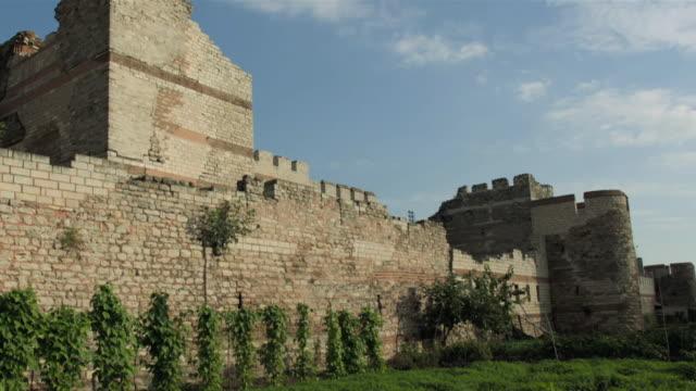 vídeos de stock, filmes e b-roll de views of roman city walls in istanbul - arcaico