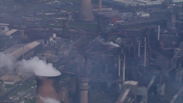 views of the british steel plant in scunthorpe - schornstein konstruktion stock-videos und b-roll-filmmaterial