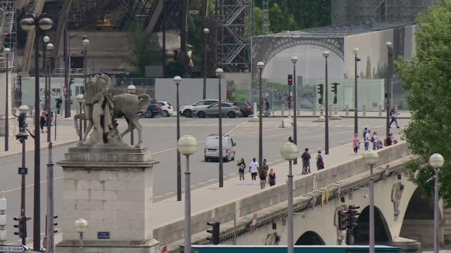 "vidéos et rushes de views of the eiffel tower in summer - ""bbc news"""