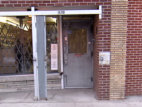 stockvideo's en b-roll-footage met views of the exterior and a look inside of chuck's gun shop in chicago on dec 15 2003 - vuurwapenwinkel