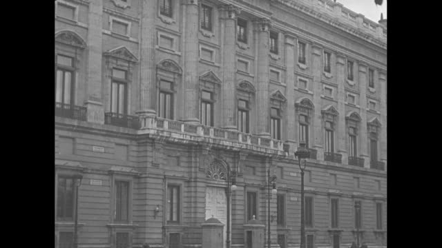 vídeos y material grabado en eventos de stock de vs views of the exterior royal palace of madrid the official residence of the spanish royal family ws front of building without fence and gate /... - palacio real de madrid