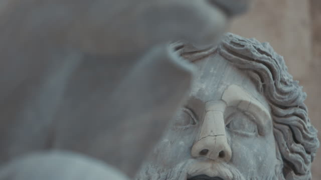 ローマの偉大な美しさの眺め:キャピトルヒルの彫刻の詳細 - 古代ローマ様式点の映像素材/bロール