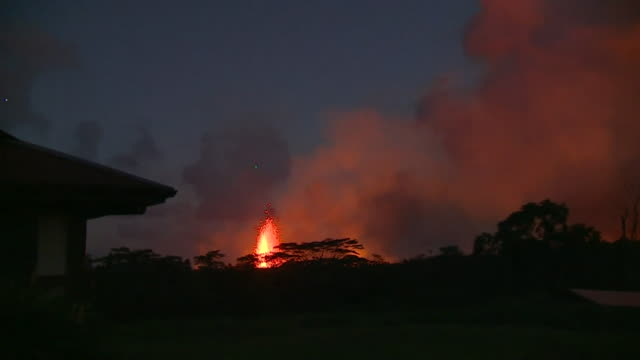 views of the kilauea volcano in hawaii erupting and lava flow at night - isola di kauai video stock e b–roll