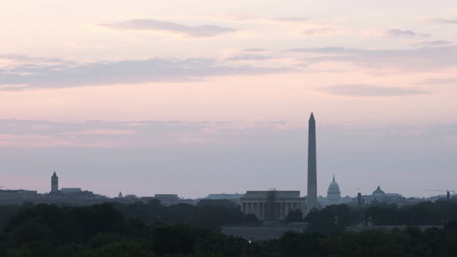 views of the lincoln memorial, washington monument and u.s. capitol, federal reserve building and white house in washington d.c., u.s. on saturday,... - la casa bianca washington dc video stock e b–roll
