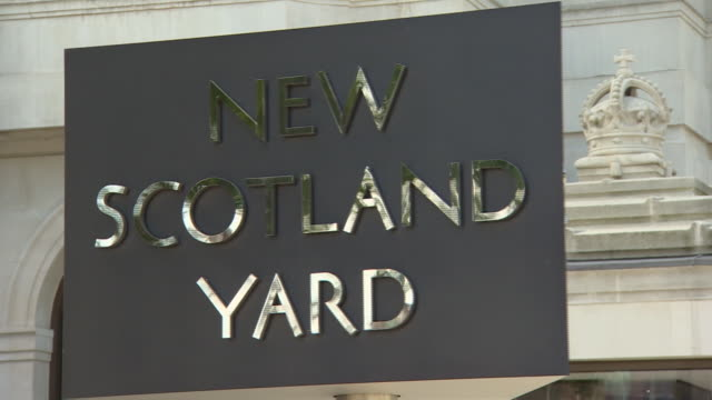 views of the new scotland yard building exterior - ニュースコットランドヤード点の映像素材/bロール