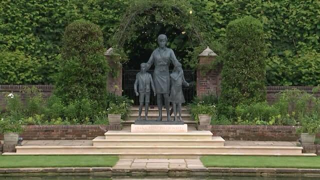 views of the princess diana statue at kensington palace's sunken garden - panning stock videos & royalty-free footage