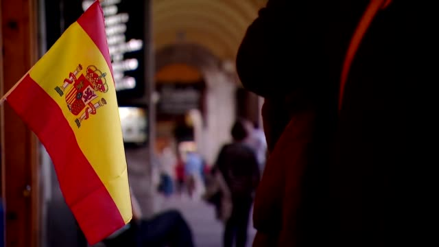 vídeos de stock e filmes b-roll de views of the spanish flag in madrid - tempo real