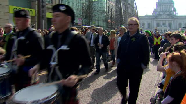 vidéos et rushes de views of the st. patricks day parade in belfast - irlande du nord