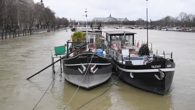 views of the swollen seine in paris france on january 29 2018 the swollen river seine in the french capital paris has peaked at about four metres... - île de france stock-videos und b-roll-filmmaterial