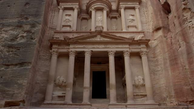 views of the treasure box at petra, jordan - cliff dwelling stock videos & royalty-free footage