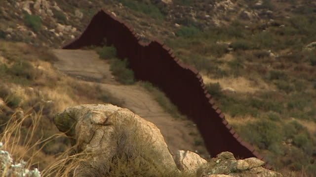 vídeos de stock e filmes b-roll de views of the usamexico border wall in california - muro circundante