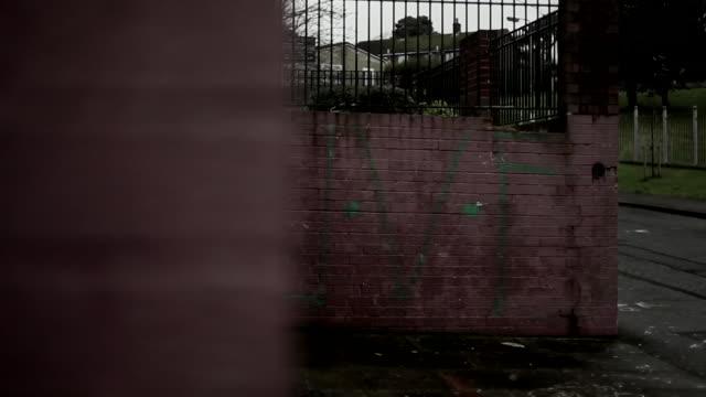 vidéos et rushes de views of uvf murals and graffiti in belfast, northern ireland - belfast