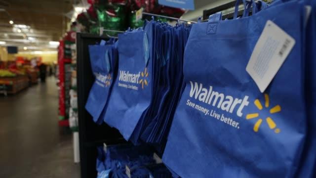 vidéos et rushes de views of walmart reuseable shopping bags on display walmart reuseable shopping bags on november 14 2012 in alexandria virginia - alexandria virginie