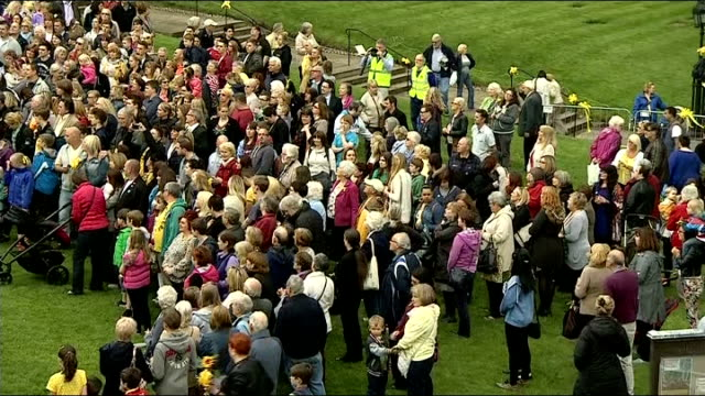 vidéos et rushes de vigil for cancer sufferer and fundraiser stephen sutton ends / photocall england staffordshire lichfield ext various of people gathered outside... - répandre