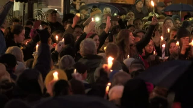 vídeos de stock e filmes b-roll de a vigil is held for victims of the mass shooting that has taken place at a pittsburgh synagogue october 2018 - memorial