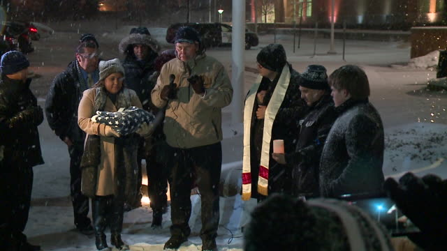 vidéos et rushes de wgn vigil on february 2019 for victims five victims were killed and six others wounded — including five police officers — in a shooting at an aurora... - illinois