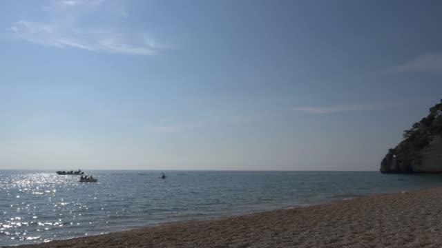 vídeos y material grabado en eventos de stock de pan / vignanotica beach with white limestone rocks at the adriatic sea - península