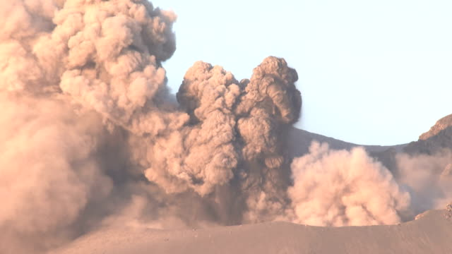 vidéos et rushes de vigorous ash venting from the active crater at sakurajima volcano in japan send ash and rocks into the air - brasier