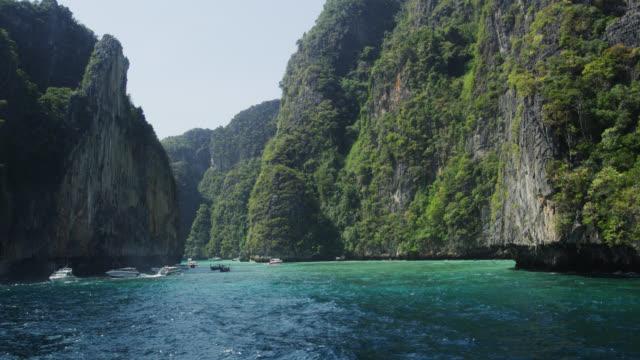 vídeos y material grabado en eventos de stock de viking cave of phi phi leh, koh phi phi, thailand - acantilado