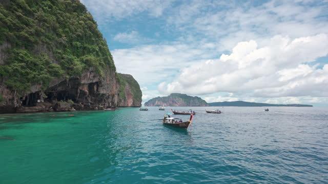 wikingerhöhle mit touristen-langschwanzboot auf der insel phi-phi leh in der nähe von maya beach, thailand - insel phi phi le stock-videos und b-roll-filmmaterial
