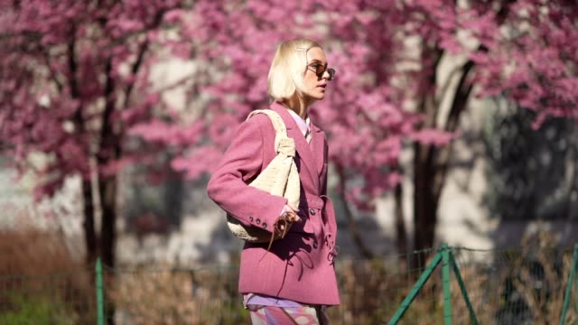 vídeos de stock, filmes e b-roll de viktoria rader wears sunglasses, a pink jacket, a beige bag, pink pants with printed features, hair pins, outside koche x pucci, during milan fashion... - rosa cor