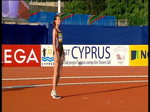 viktoriya styopina runs in the way of kart siilats during women's high jump, 2004 crystal palace athletics grand prix, london - sportlerin stock-videos und b-roll-filmmaterial