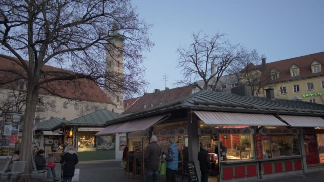 viktualienmakt and heiliggeistkirche to the old town hall in winter, munich, bavaria, germany, europe - rathaus stock videos & royalty-free footage