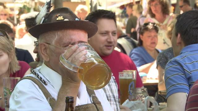viktualienmarkt, biergarten, man in traditional clothes drinks a beer - tradition stock videos & royalty-free footage