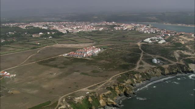 vídeos de stock e filmes b-roll de aerial ws vila nova de milfontes townscape / milfontes, beja, portugal - penhasco caraterísticas do território