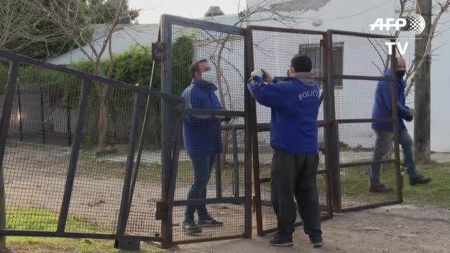 villa azul, un barrio popular en la periferia de buenos aires y foco de contagio de covid 19, se convirtió el lunes en el primer asentamiento... - azul stock videos & royalty-free footage