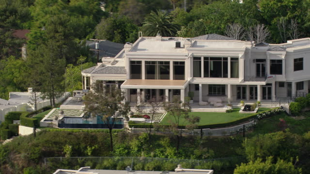 vidéos et rushes de los angeles, california - march 30, 2011: villa in the hollywood hills at 9161 oriole way, home to hip hop mogul dr dre circa 2011. - vip