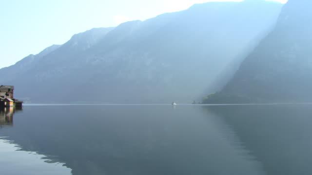 ws, pan, village hallstatt at hallstatter lake, austria - österrikisk kultur bildbanksvideor och videomaterial från bakom kulisserna