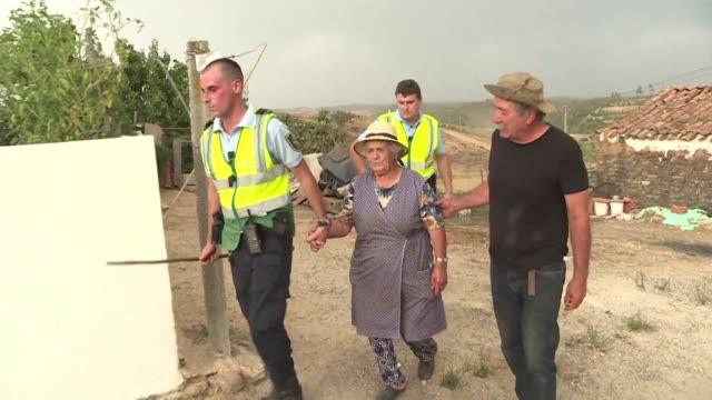 village in a tourist area in southern portugal was evacuated friday as more than 400 firefighters tackled a forest fire - algarve stock-videos und b-roll-filmmaterial