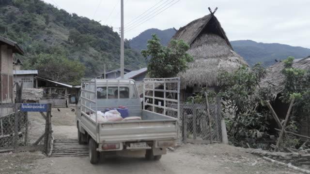 ws village in houaphan province / xam neua, laos - tetto di paglia video stock e b–roll